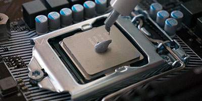 Applying Thermal Paste Featured